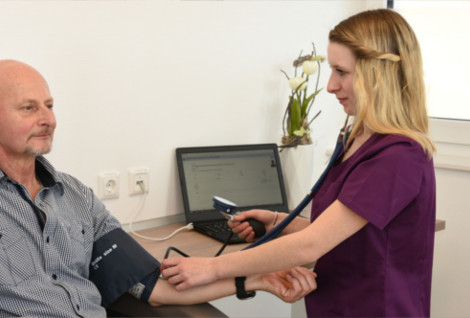 Jaqueline Pongracz - Blutdruckmessung